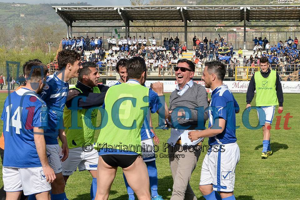"""La squadra """"accerchia"""" il direttore Magna (foto Angelo Gasparro)"""