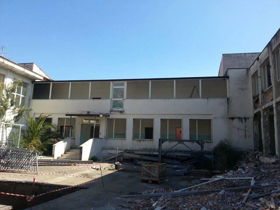 Sapri, al via i lavori di demolizione della scuola di via Kennedy | FOTO