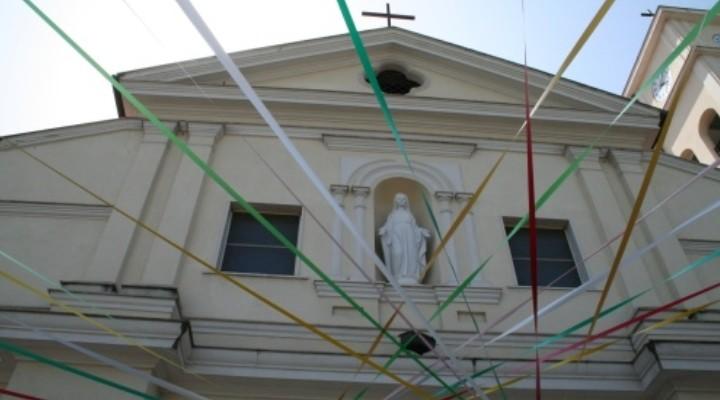 Balordi litigano prima della messa di Pasqua e sfondano una vetrata della Chiesa