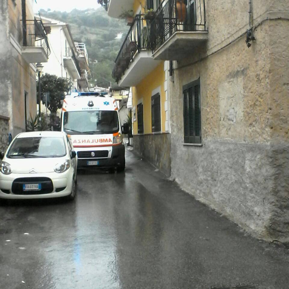 Castellabate, ancora un'ambulanza bloccata da auto in sosta