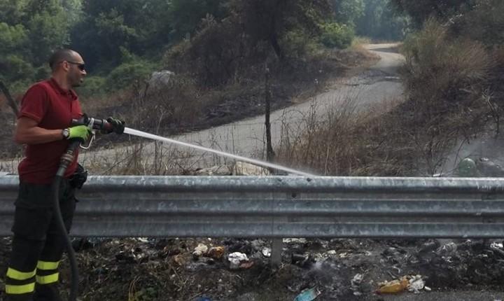 Incendio lungo la Cilentana, a fuoco arbusti e rifiuti