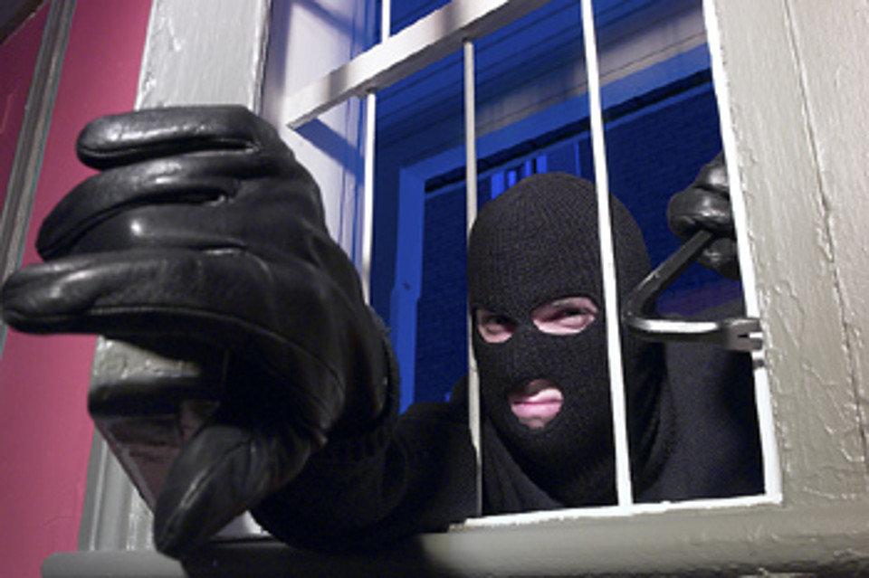Scoprono i ladri in casa: due coniugi percossi e minacciati di morte
