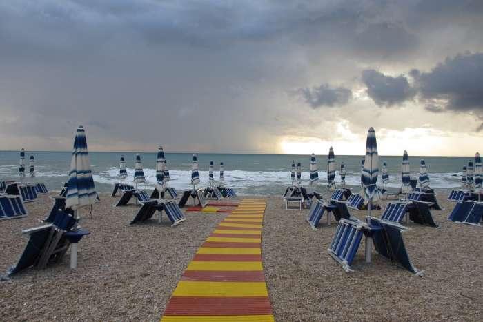 Tromba d'aria crea panico sul litorale. I metereologi: allerta grandinate