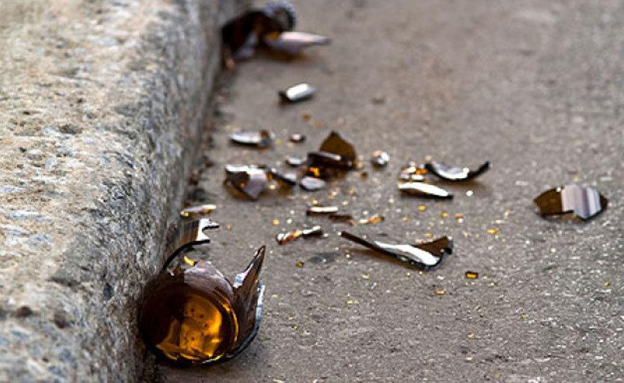 Sono pericolose: stop al consumo di bevande in bicchieri e bottiglie di vetro