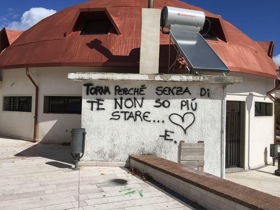 """Caccia al vandalo. Il sindaco: """"Imbecille imbratta tutto il paese"""""""