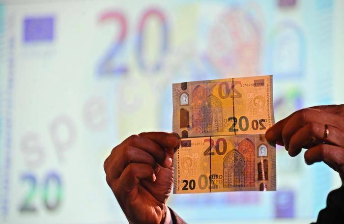 Presentazione delle nuove banconote da 20 euro alla Banca d'Italia di Firenze, 24 novembre 2015. ANSA/MAURIZIO DEGL INNOCENTI
