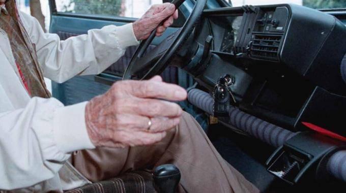 Alla guida a 91 anni senza patente: nonnino nei guai