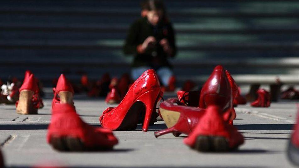 L'iniziativa: scarpe rosse per le strade per ricordare le vittime di violenza