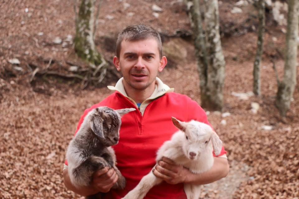 Trova una capra sola in montagna e l'aiuta a partorire. Le foto diventano virali | GUARDA