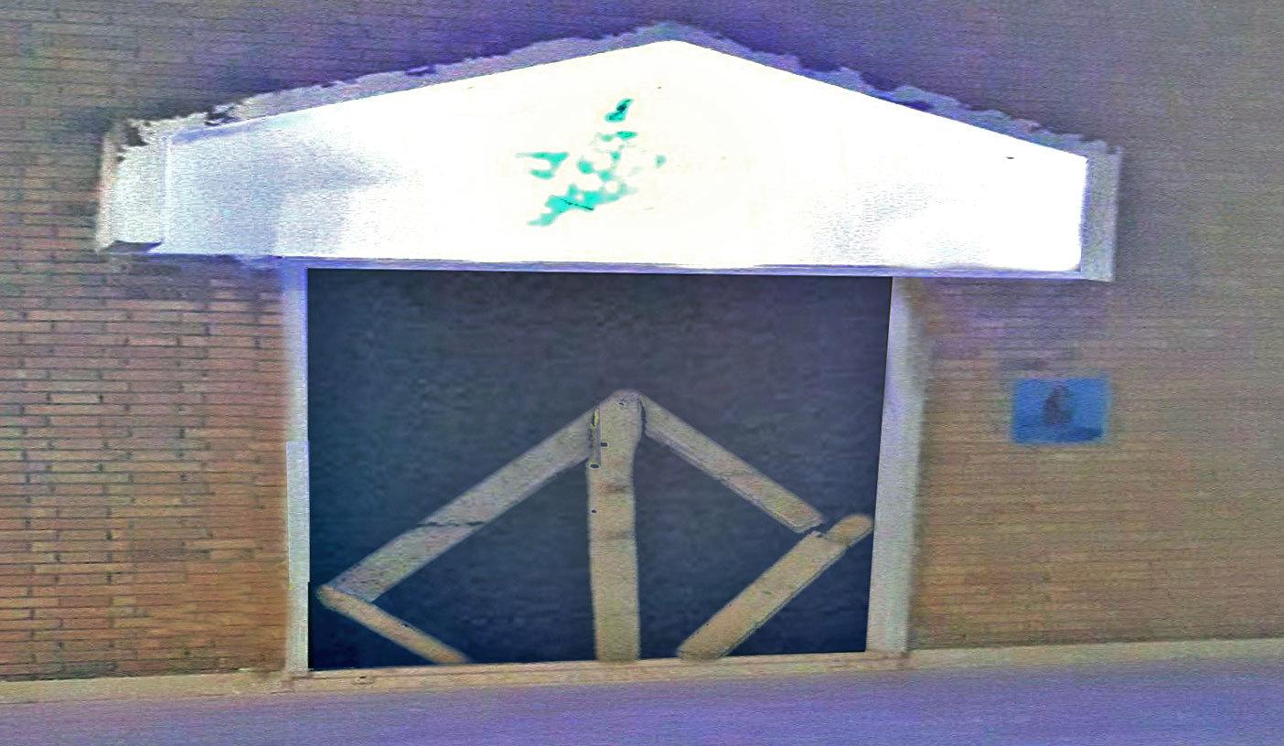 L'ingresso della chiesa sbarrato con assi di legno, s'indaga