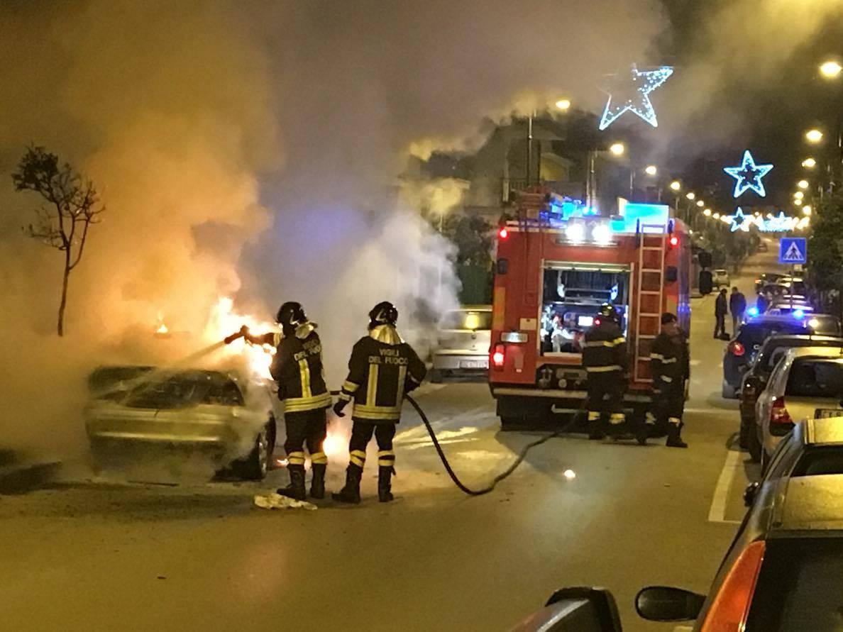 Agropoli, auto a fuoco nella notte nei pressi della stazione