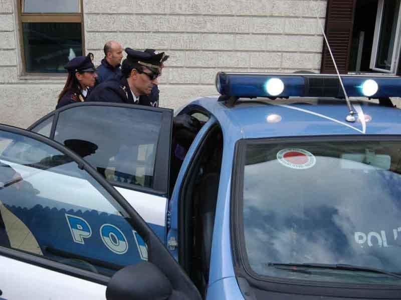 Rifiuta di dare i propri documenti agli agenti di polizia e li aggredisce, denunciata