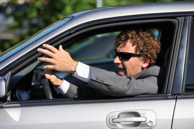 Automobilisti coi nervi tesi: uno suona il clacson, l'altro lo insegue con un'ascia