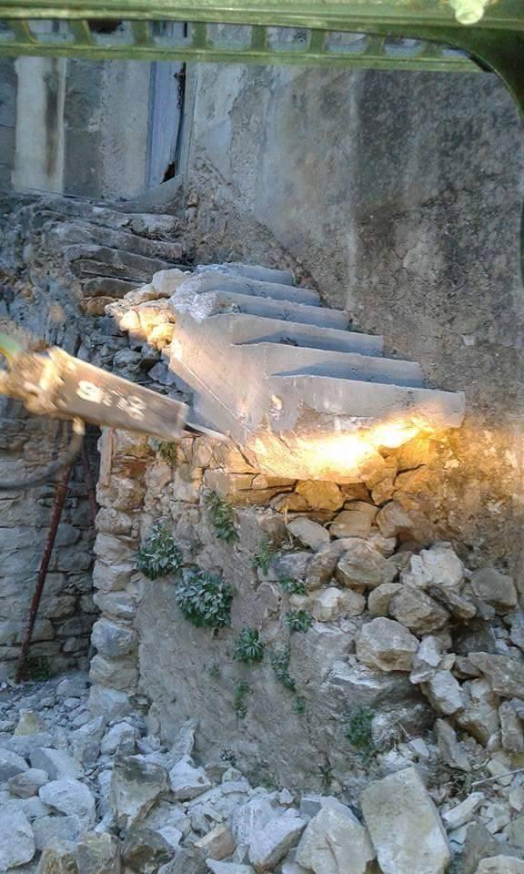 """Demolita la """"scala della vergogna"""": deturpava l'antico convento"""