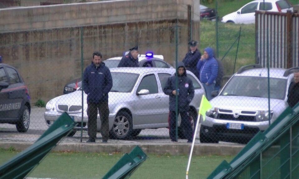 Calcio violento, week end da dimenticare: coltello sugli spalti e arbitro in ospedale