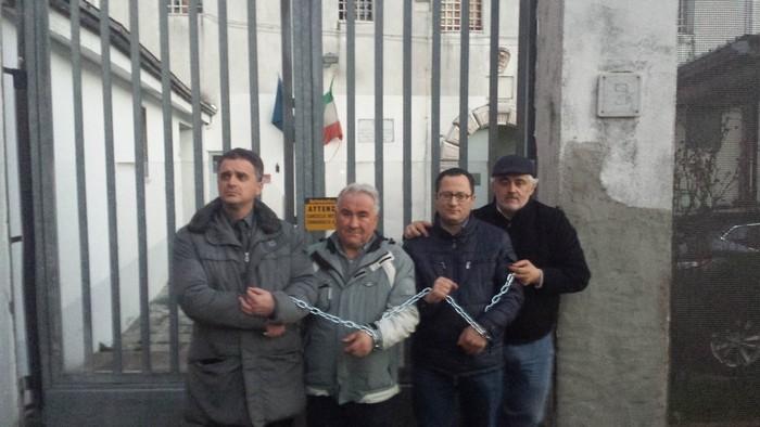 Napoli 15 feb 2015 - La protesta del sindaco di Sala Consilina dinanzi al carcere