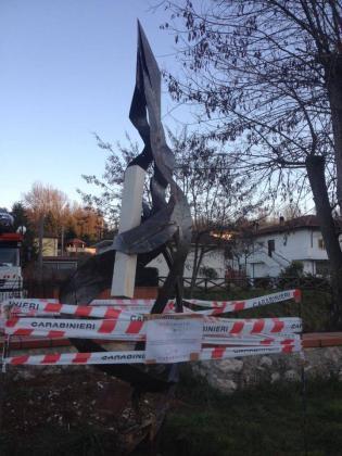 Il monumento dedicato a Massimo Casalnuovo posto sotto sequestro.