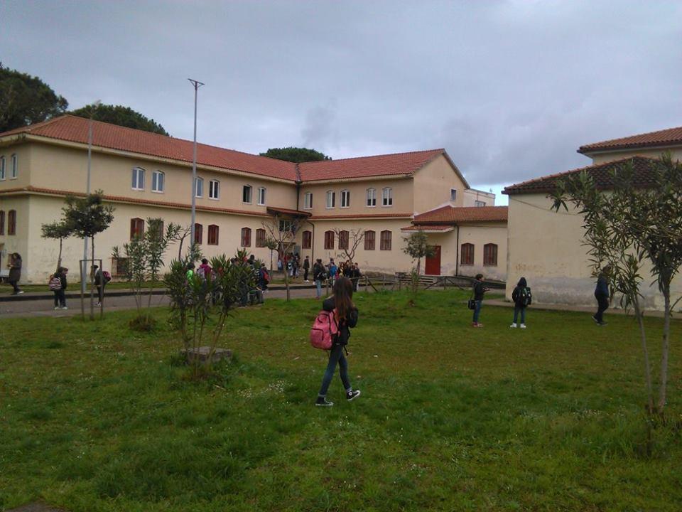 Vandali in azione a Capaccio: silicone nelle serrature della scuola