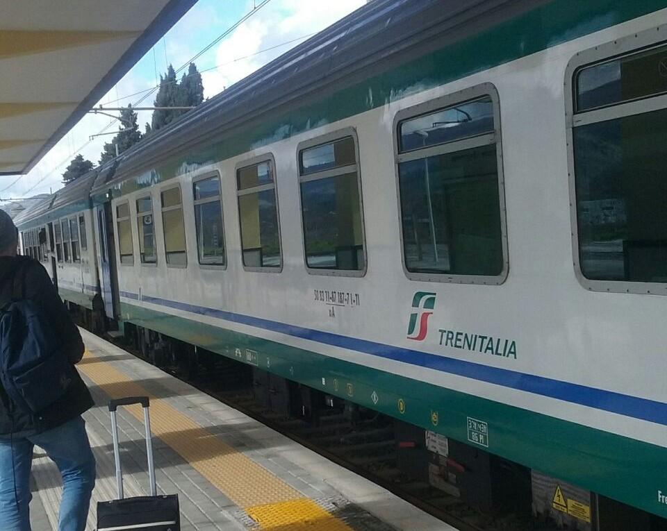 Fiamme sul treno diretto a Napoli, panico tra i passeggeri