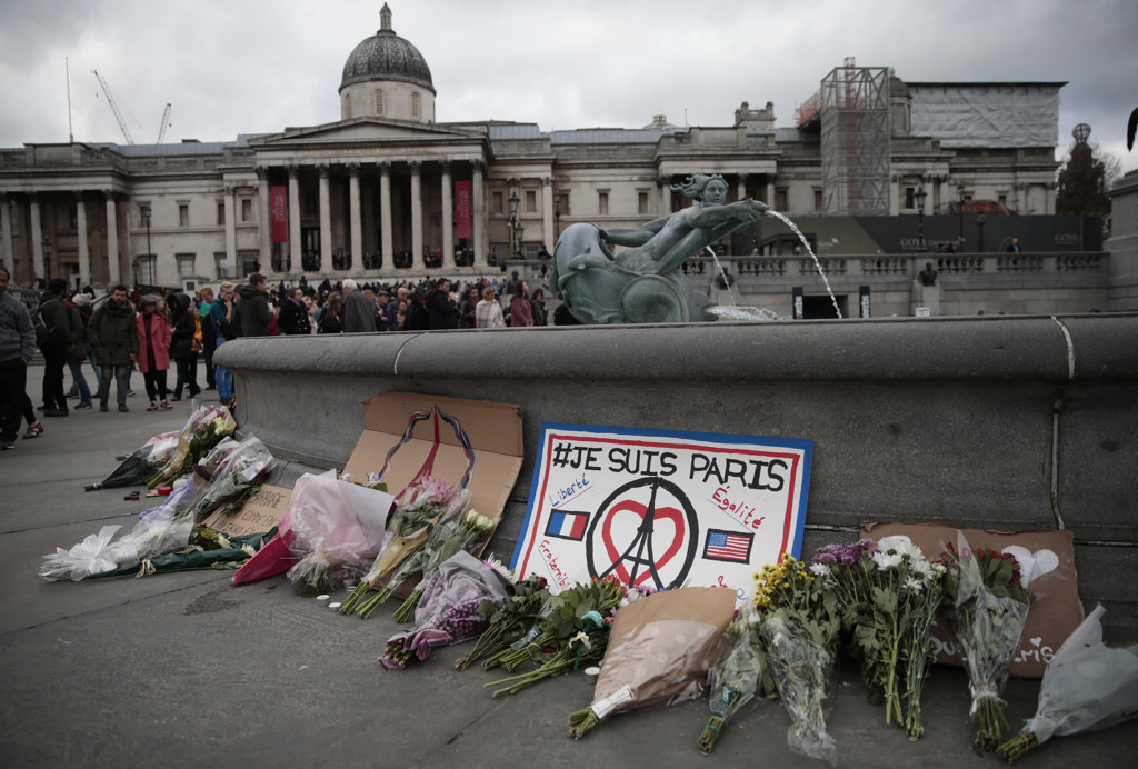 Tributes and flowers surround a fountain in remembrance of the victims of the Paris attacks, at Trafalgar Square in London, Britain November 15, 2015. REUTERS/Suzanne Plunkett - RTS763E