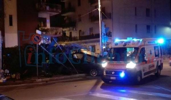 Agropoli, auto esce di strada e finisce contro un muretto. Due giovani in ospedale