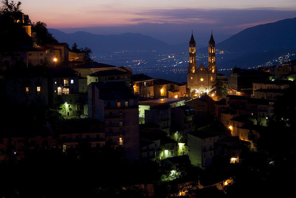 Un panorama notturno di Montesano sulla Marcellana di Pietro De Fina