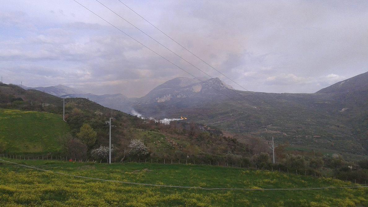 Due incendi sugli Alburni, canadair in azione | FOTO