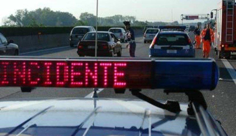 Scontro in autostrada: tre persone ferite