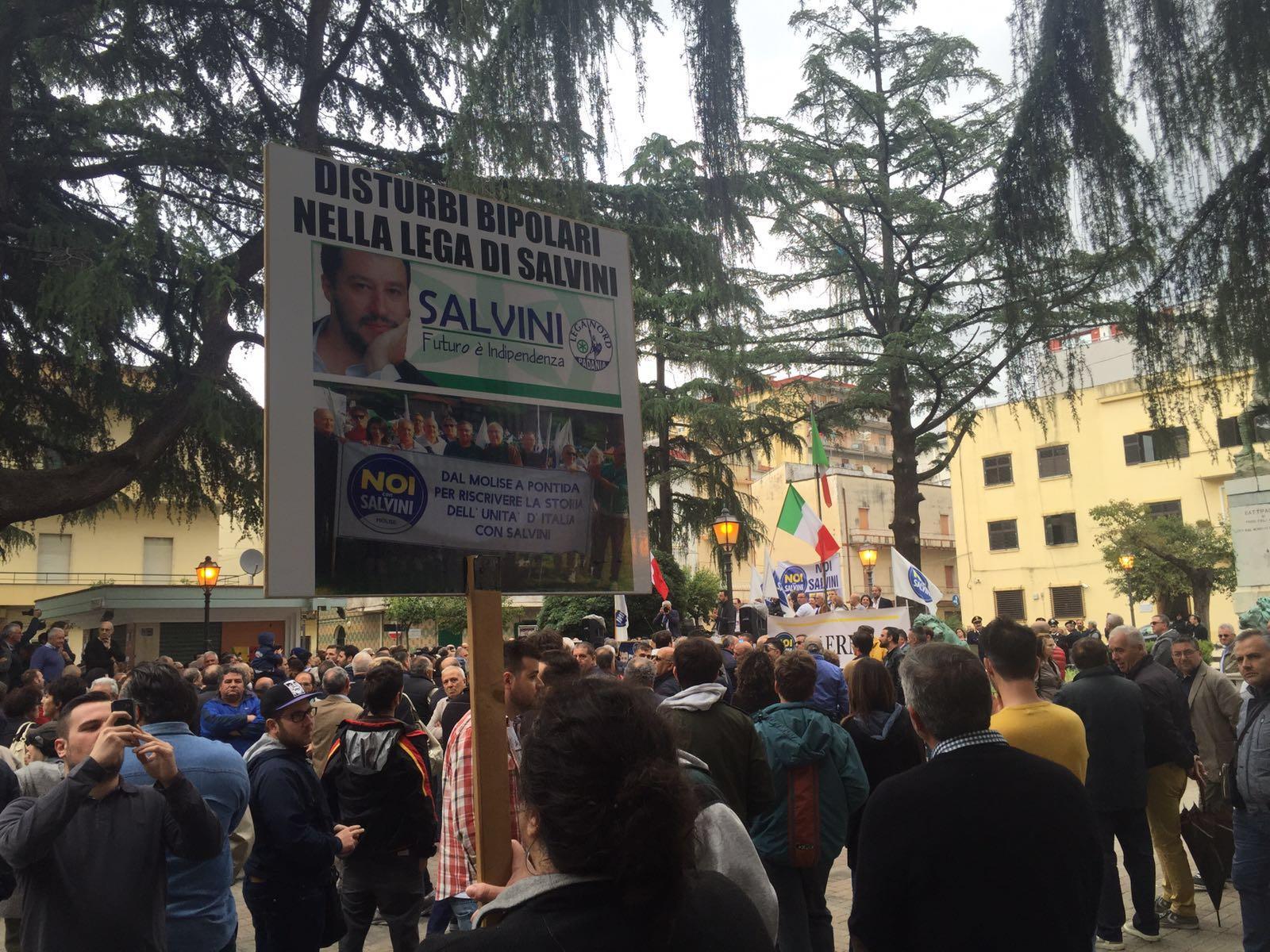 Comizio di Matteo Salvini, fischi e insulti al leader leghista