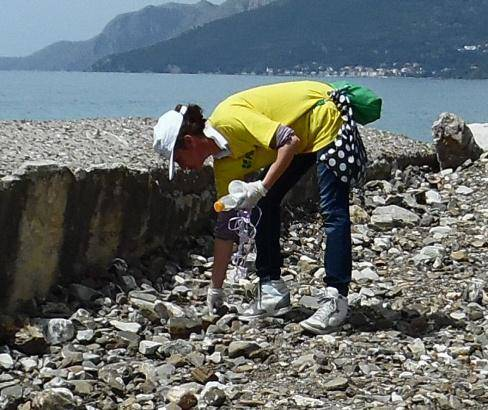 Cilento, sindaco operaio: in spiaggia con i volontari per ripulire il litorale