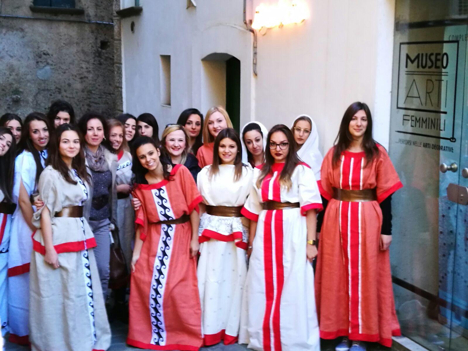 Vallo della Lucania: studenti sfilano per la città con riproduzione di abiti greci
