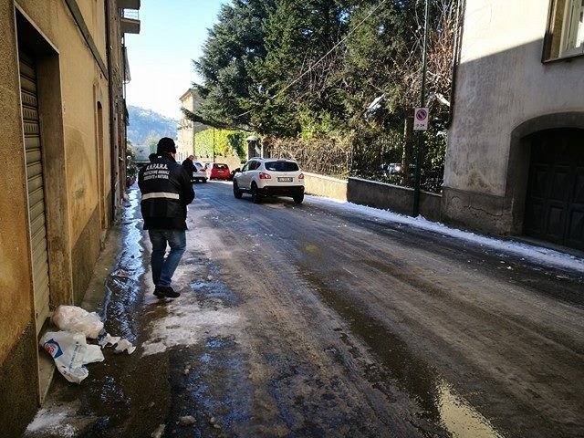 FOTO   Vallo della Lucania: cittadino regala il sale per liberare le strade