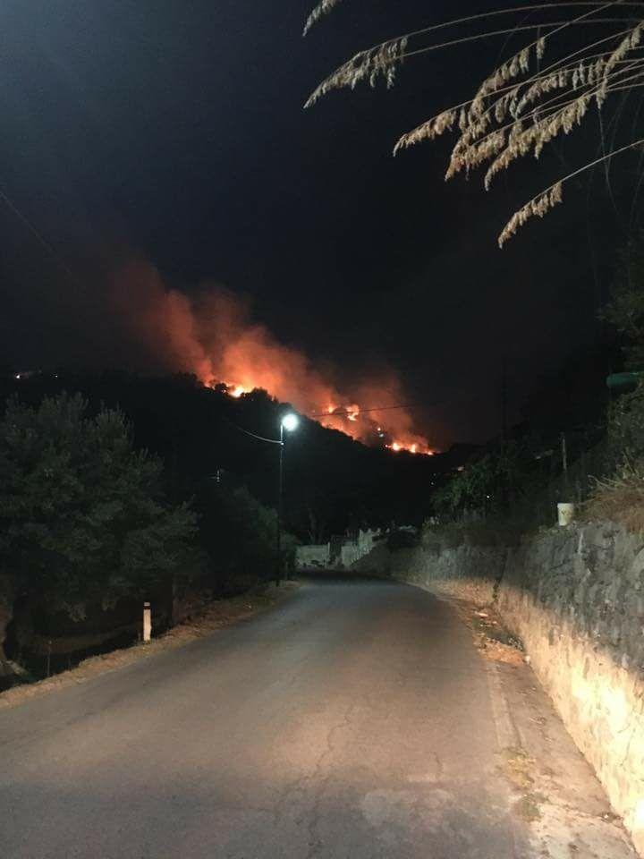 Continua nella notte l'emergenza incendi nel Cilento