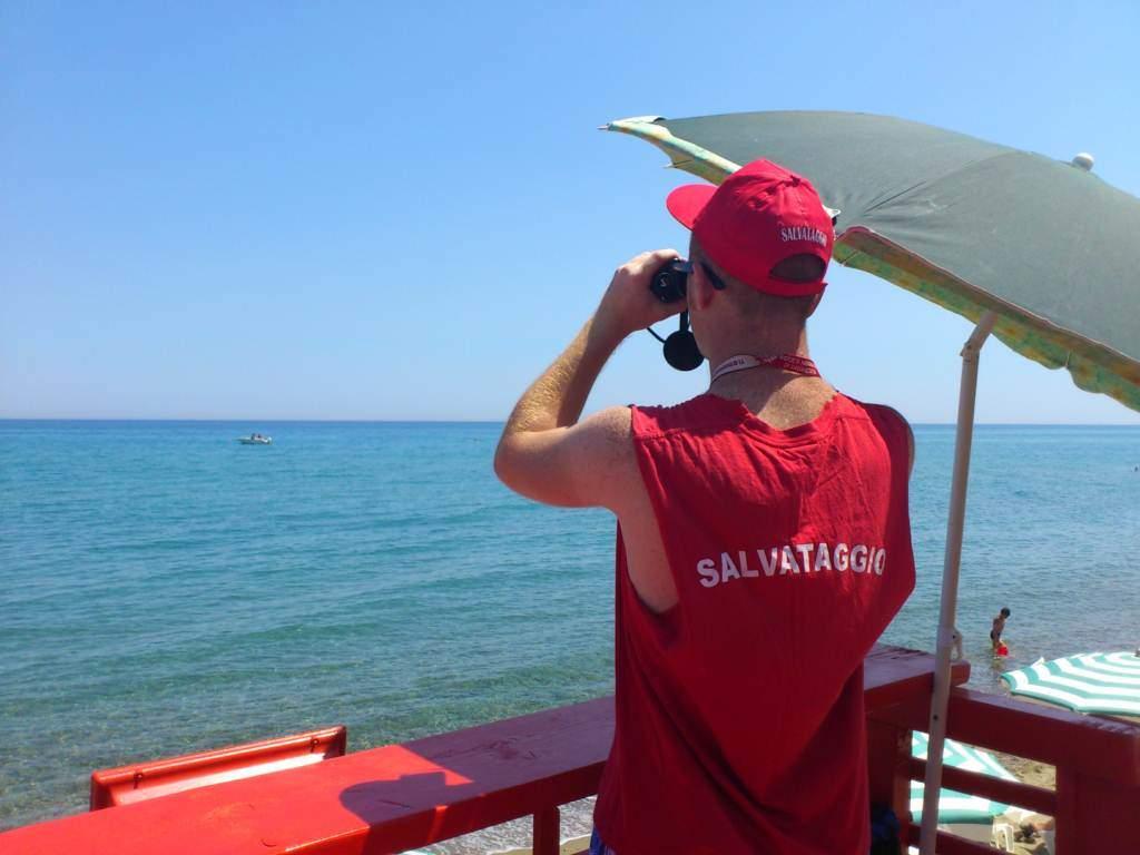 Tragedia al mare: giovane mamma annega tentando di salvare due bambini