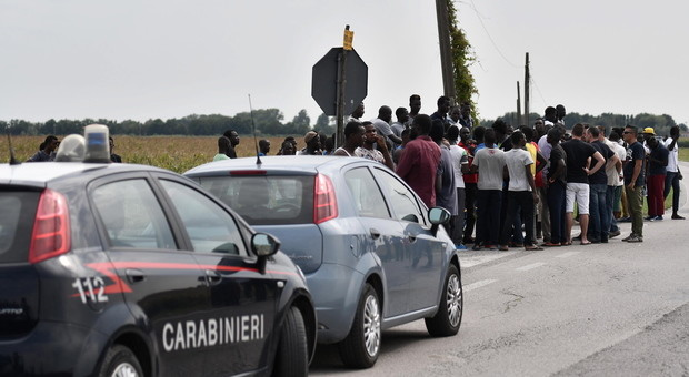 Rivolta dei migranti, statale bloccata:12 finiscono in caserma