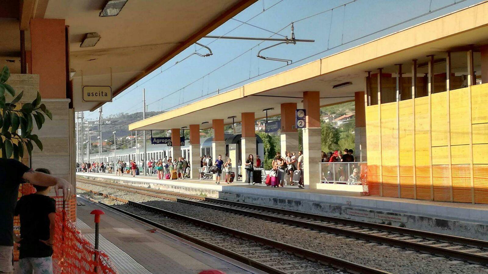 Treni bloccati causa incendi, stazione di Agropoli nel caos. Un altro rogo a Trentova