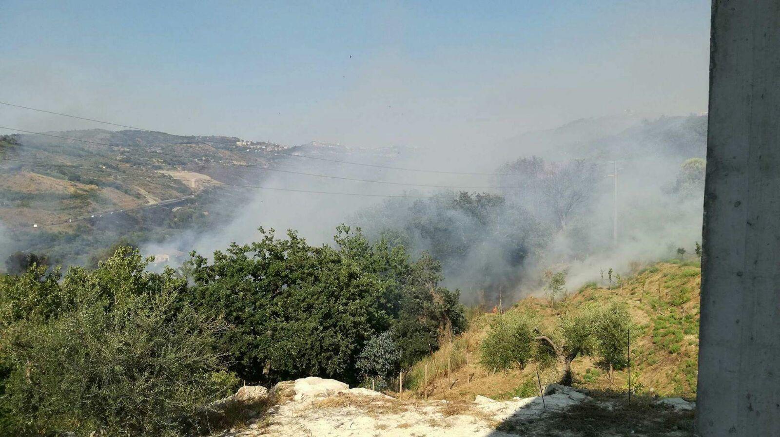 Emergenza incendi, bloccata la linea ferroviaria da Battipaglia a Sapri