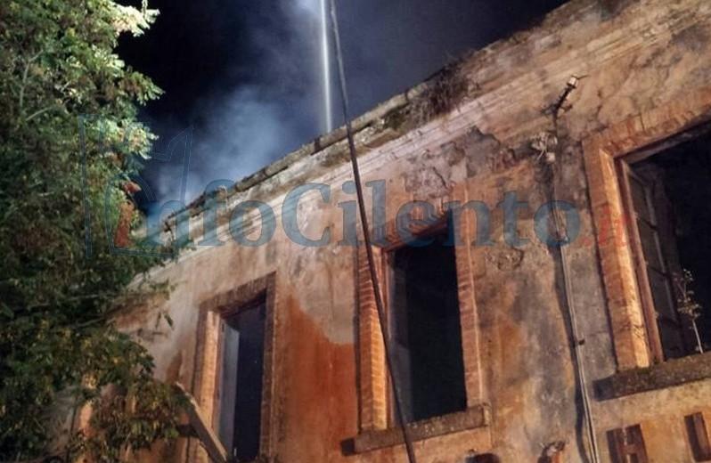 FOTO | Incendi in Cilento, distrutta stazione ferroviaria