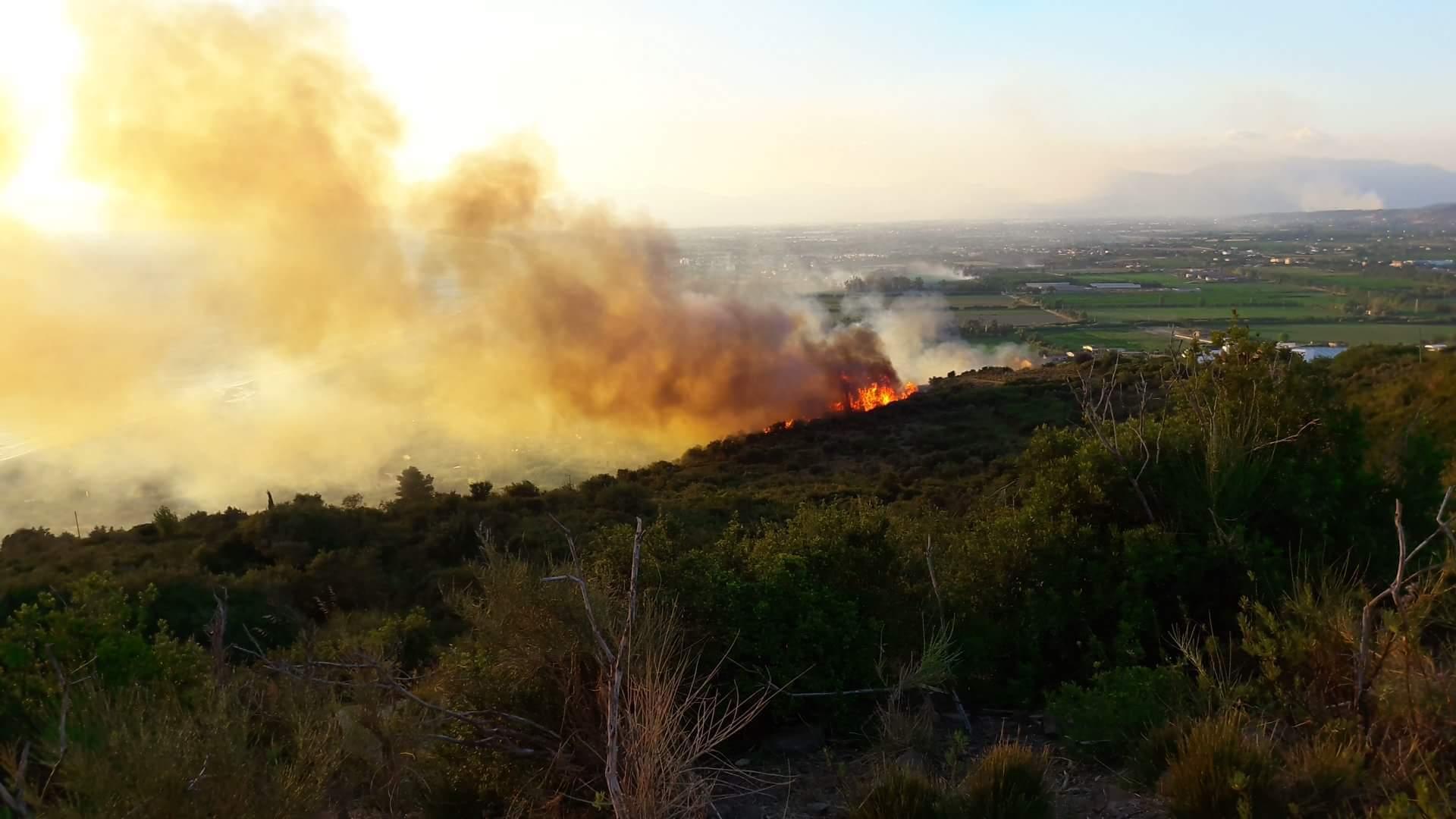 Incendi, situazione drammatica: abitazioni lambite dalle fiamme ad Agropoli
