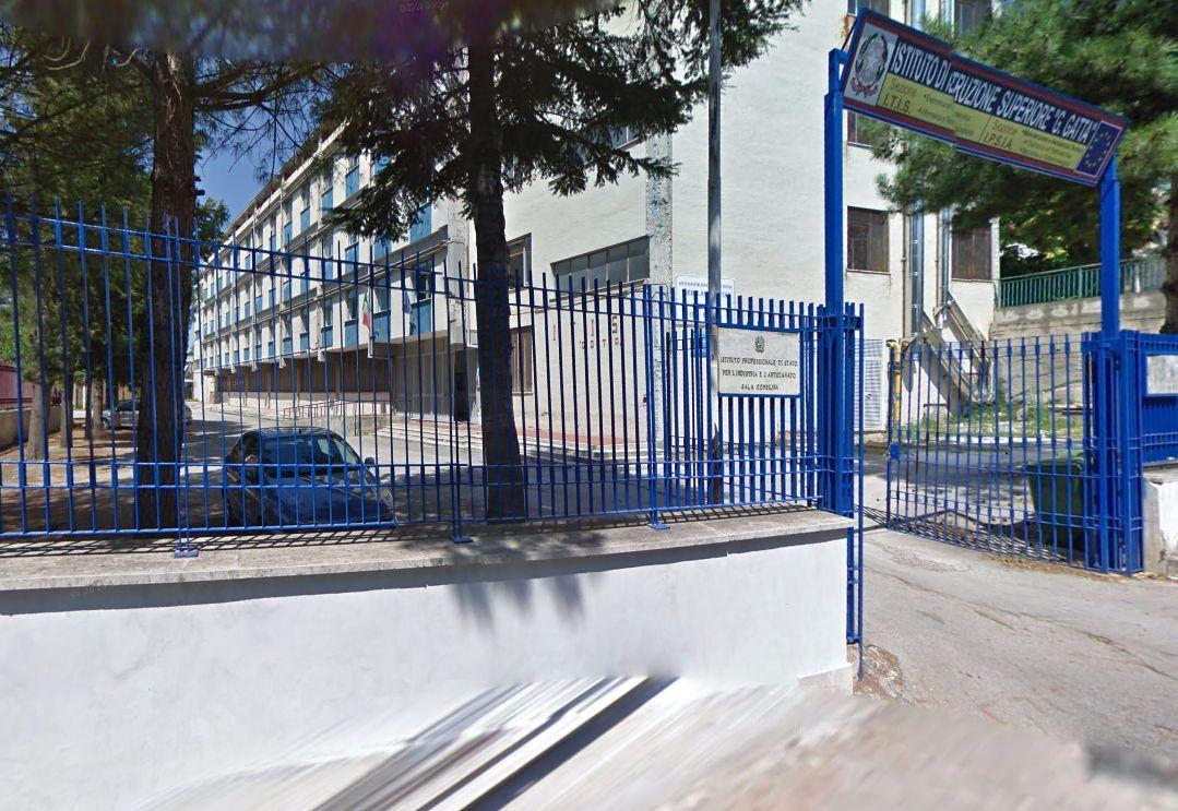 """Photo of Sala Consilina, al liceo i banchi non arrivano: soluzione """"in casa"""""""