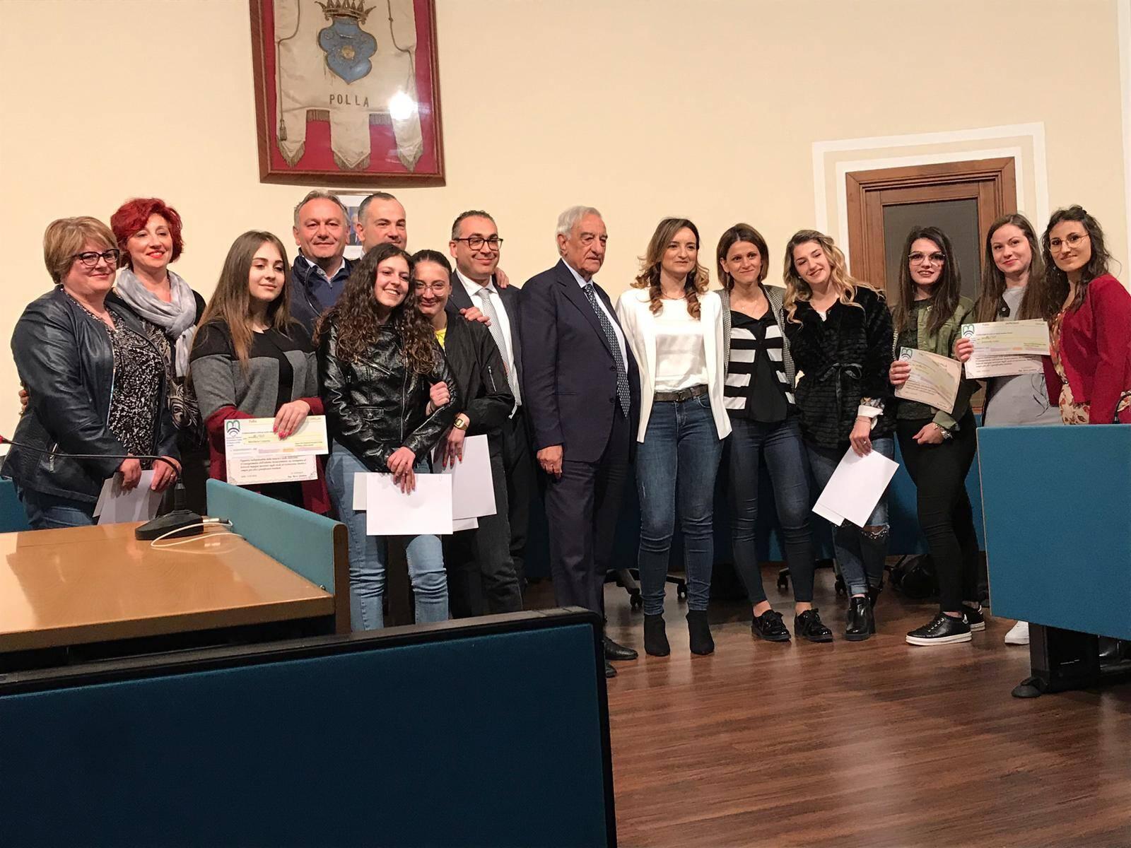 """d814f6df02 Questa mattina si è tenuta, presso l'Aula Consiliare """"Santa Chiara"""" del  Comune di Polla, la cerimonia di consegna della Borse di Studio istituite  ..."""