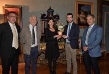 Photo of La Raggi consegna la medaglia del Comune di Roma all'associazione Elaia