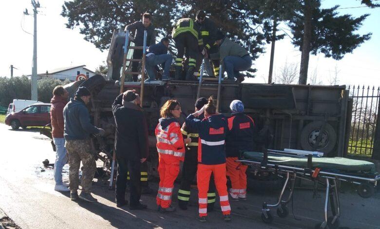 Photo of Campagna, camion si ribalta: paura per il conducente