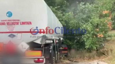 Photo of Vallo della Lucania, paura sulla Cilentana: camion finisce fuori strada