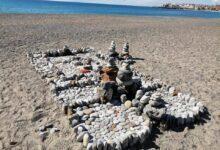 Photo of Curiosità: la scultura di sassi sulla spiaggia di Lentiscelle